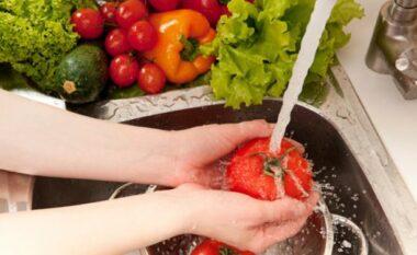 Mënyra të thjeshta për të hequr pesticidet nga frutat dhe perimet