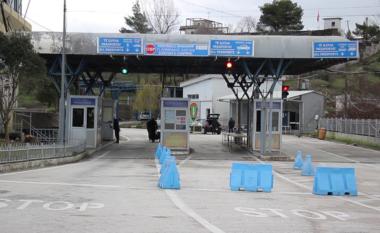 Çfarë po ndodh në Kapshticë? Grekët: Kalojeni kufirin në këmbë, autobusët shqiptarë nuk lejohen!
