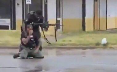 Vrau 19 vjeçaren pasi nuk pranoi të dorëzohej, polici shpërthen në lot (VIDEO)