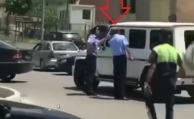 """Të""""fortët"""" bëjnëligjin nërrugët e Shqipërisë, shihni videon ku i riu injoron mes qytetit policin: O djalë! (VIDEO)"""