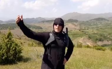 Me kapuç e syze, Ramush Haradinaj tregon me gisht kufirin me Serbinë (VIDEO)