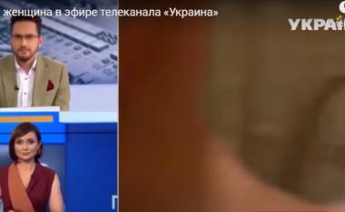 U shfaq papritur krejtësisht nudo para kamerës, gruaja i ndërpret intervistën analistit live në emision (VIDEO)