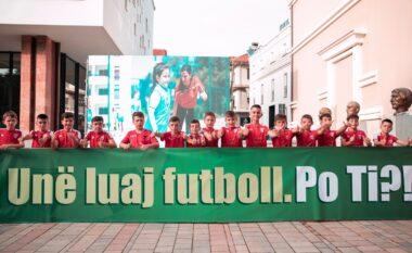 """""""Festivali i Futbollit 2021"""" nis në Korçë, vajzat e djemtë """"pushtojnë"""" pedonalen e qytetit (FOTO LAJM)"""