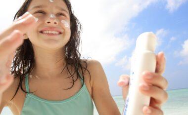 A duhet përdorur kremi i diellit kur jeni në shtëpi? Përgjigjia do t'ju habisë