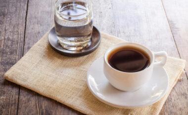 Sqarohet dilema: Gota e ujit pihet para apo pas kafesë?