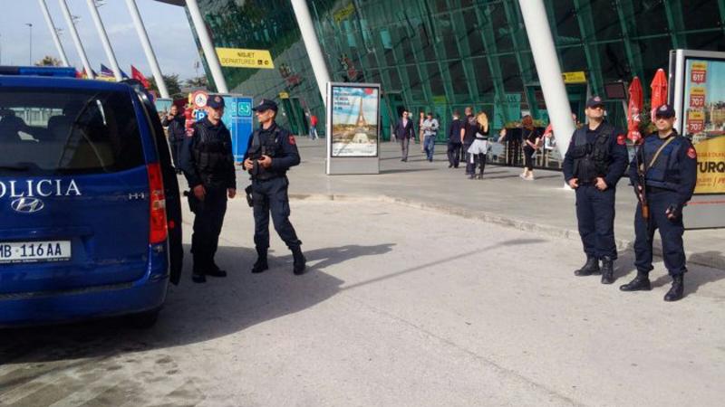 EMRI/ I kërkuar nga Italia për drejtim bande dhe grabitje me armë, arrestohet 41-vjeçari në Rinas