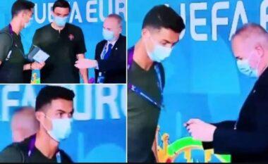 """Punëtori nuk e njeh Ronaldon, shikoni kur i kërkon """"beixh-in"""" (VIDEO)"""
