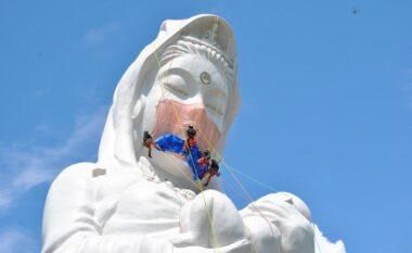 Statujës gjigante budiste në Japoni i vihet maskë anti-Covid (VIDEO)