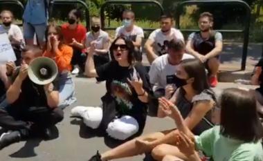 Maturantët protestojnë para Ministrisë: Osistem i korruptuar, ti arsimin po e vret!