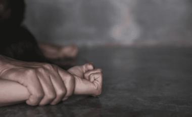 Burri merr zvarrë 20-vjeçaren dhe abuzon me të deri në vdekje
