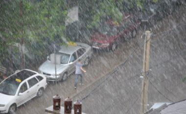 Në mes të diellit e temperaturave përvëluese! Rrebeshe shiu e breshëri pushtojnë Tiranën (VIDEO)
