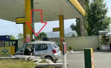 Aksident i frikshëm! 20-vjeçari humb kontrollin, makina përfundon brenda karburantit (FOTO LAJM)