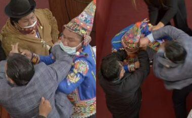 Skena boksi në Parlamentin e Bolivisë, dy deputetet kapen për flokësh (VIDEO)