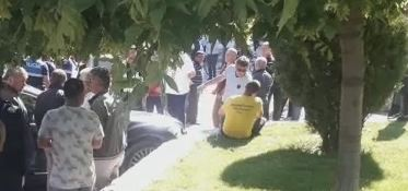 E FUNDIT/ Vajza po parkonte makinën, përfundon në trotuar e përplas këmbësorin