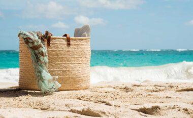Pushimet kanë filluar, ja çfarë s'duhet të mungojë kurrsesi në çadrën e plazhit