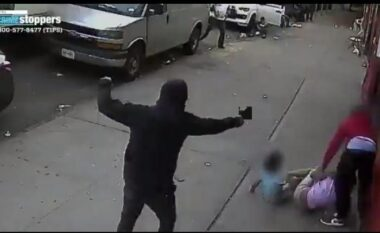 """Pamje tronditëse: """"Maska"""" tenton të vrasë babain teksa mban për dore dy fëmijët e vegjël (VIDEO)"""