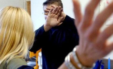 Burri detyrohet të telefonojë policinë: Më ka rrahur gruaja