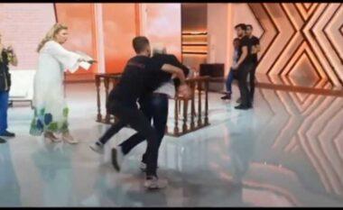 Hoqën rripat për tu rrahur në mes të studios, shikoni si agravoi sherri mes dy vëllezërve pas emisionit (VIDEO)