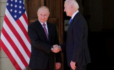 Joe Biden shtrëngon duart me Vladimir Putin (FOTO LAJM)
