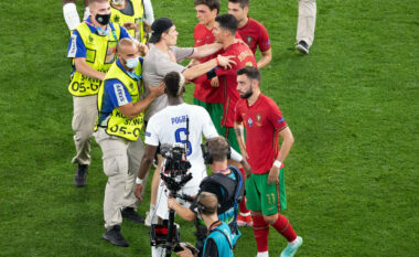 Tifozi i shpëtoi sigurimit për të takuar Ronaldon, ky është reagimi i portugezit (FOTO LAJM)
