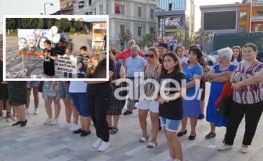 Qytetarët e Fierit në protestë, kërkojnë drejtësi për familjen Gushi që vdiqën në aksident