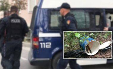 Policia nuk i ndahet Krujës, gjenden dy armë brenda në fuçi