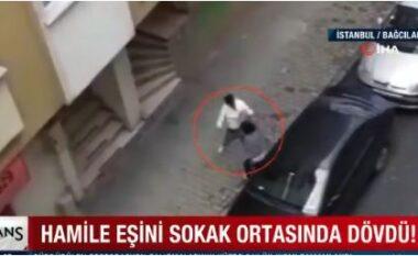 E rëndë në Turqi, momenti kur burri dhunon gruan shtatzënë në mes të rrugës (VIDEO)
