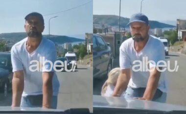 Dëmtuan pronën apo ikën nga shërbimi? Policia reagon për sherrin mes pronarëve e turistëve në Himarë (VIDEO)