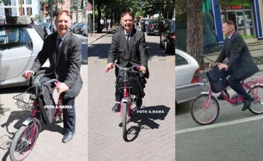 Me biçikletë rozë në Kuvend, Jenishehri: Jam pronar, marr 9 milionë lekë! (VIDEO)