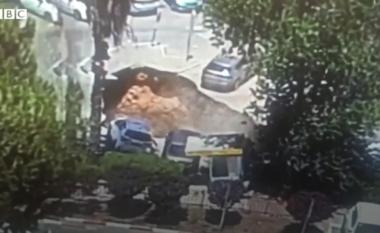"""Hapet papritur gropa në mes të rrugës, """"përpin"""" 3 makina (VIDEO)"""