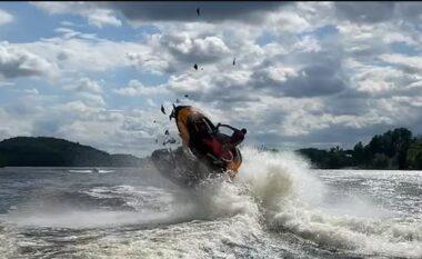 Përplasen frikshëm motorat e ujit, shpëtojnë mrekullisht dy të rinjtë (VIDEO)
