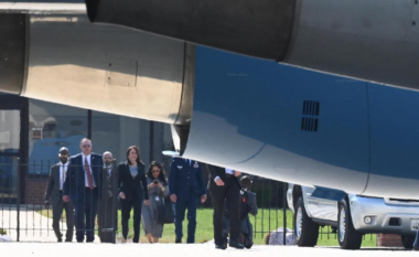 Udhëtimi i parë i saj zyrtar, pëson defekt avioni i Kamala Harris