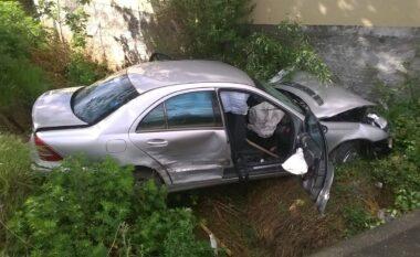 Ra 40 metra poshtë rrugës! Aksident në Kukës-Tiranë, plagoset shoferi