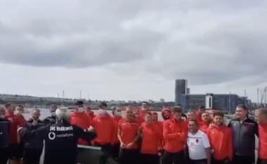 """Reja """"dirigjent"""", kombëtarja këndon himnin para sfidës në Kardif (VIDEO)"""
