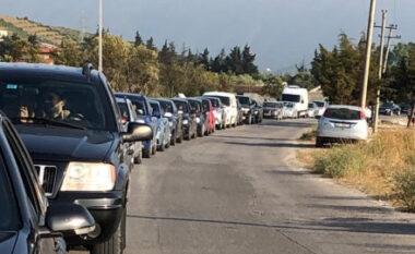 Radhë kilometrike në aksin Orikum-Vlorë, pushuesit presin në trafik (FOTO LAJM)