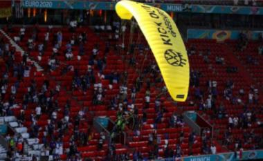 """Protestoi në """"Allianz Arena"""", parashutisti gjerman iu afrua frikshëm tifozëve (VIDEO)"""