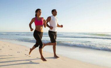 Çfarë ndodh me trupin tuaj nëse ecni zbathur në rërë?