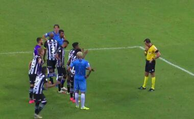 Arbitri në Brazil bëhet viral: Si t'i vësh futbollistët në rresht (VIDEO)