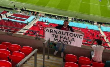 Tifozi shqiptar përshëndet Arnautovic me flamurin e UÇK-së në stadium (FOTO LAJM)