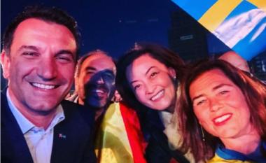 Nuk mungojnë as birrat: Yuri Kim, Veliaj dhe ambasadorët ndjekin ndeshjen Spanjë-Suedi (FOTO LAJM)