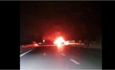 Shkrumbohet nga flakët automjeti në dalje të tunelit të Elbasanit (VIDEO)