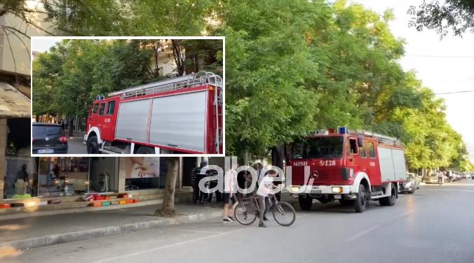 Merr flakë një banesë në Elbasan, policia dhe zjarrfikësit në vendngjarje