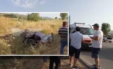 Aksident i frikshëm në Levan-Tepelenë, mjeti me 4 familjarë del nga rruga dhe bëhet copash