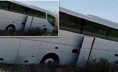 Autobusi ra në përrua në Gramsh, dyshohet për një viktimë e disa të plagosur