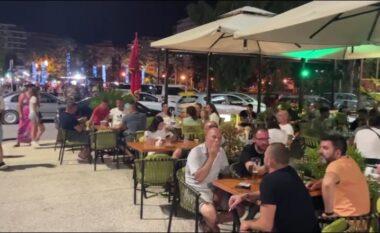 Bizneset në Vlorë nisin protestën kundër orarit policor, vendosin në sfond Himnin e Flamurit (VIDEO)