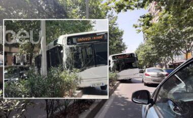U përplas me pemët, si ndodhi aksidenti i frikshëm i autobuzit plot pasagjerë në Tiranë (FOTO&VIDEO)