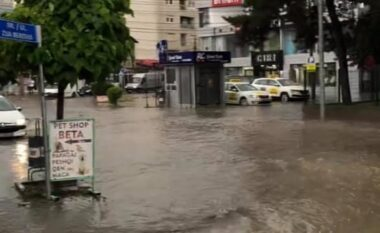 Bllokohen rrugët e Gjilanit nga reshjet e shiut dhe breshërit (VIDEO)
