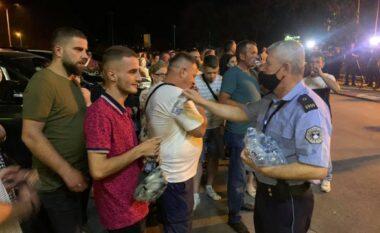 Policia u shpërndan ujë familjarëve që po presin në Aeroport