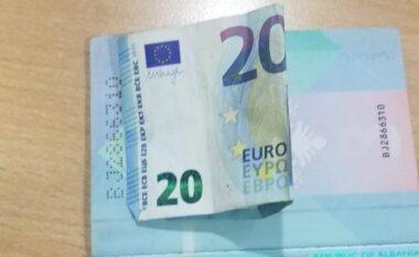 20 euro brenda pasaportës për të shmangur procedurat në kufi, arrestohet 28-vjeçari në Kakavijë