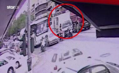 Momente tragjike! Pamjet e fundit kur 7-vjeçarja përplaset për vdekje nga kamioni (FOTO LAJM)